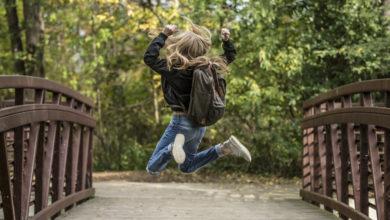 Schülerin springt in die Luft