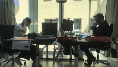 Man sieht Tatiana und Joachim Benecke gegenüber an einem Schreibtisch sitzen
