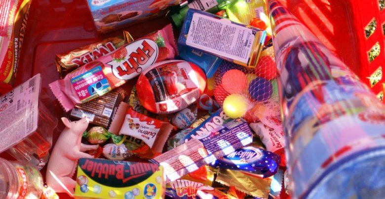 Schultüte mit Süßigkeiten gefüllt