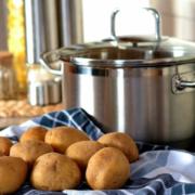 Kartoffeln und Kochtopf