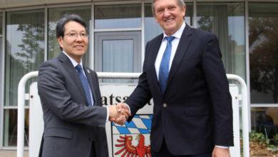 Der Japanische Generalkonsul Tetsuja Kimura und Landrat Herrman Hübner