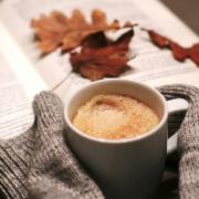Buch und Kaffeetasse