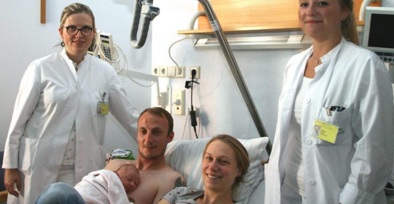 1000. Baby im Klinikum mit Eltern und Ärzten