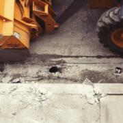 Bagger gräbt Straße auf