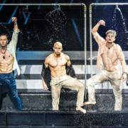 boybands tanzen im Wasser