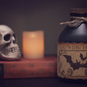 Totenkopf neben einer Kerze