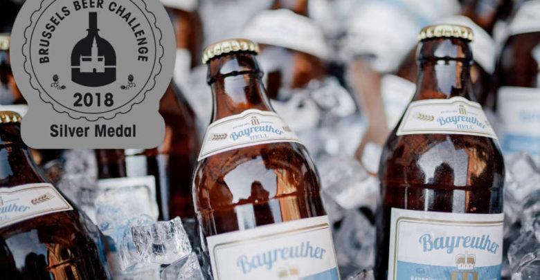 Foto von ein paar Flaschen Bayreuther Hell.