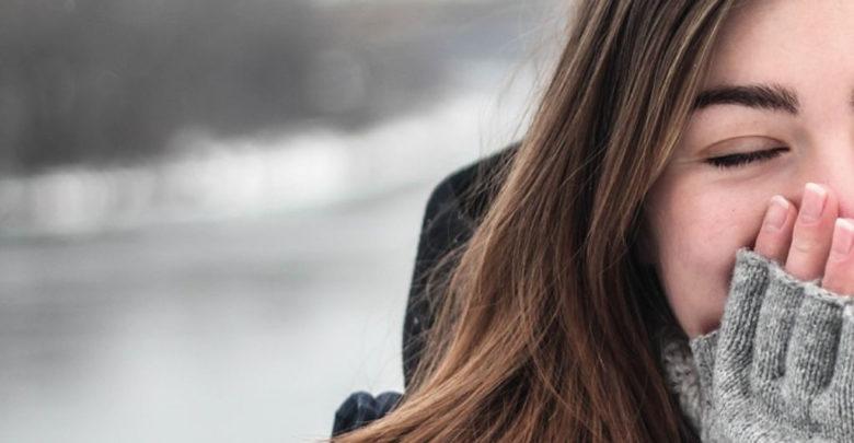 Mädchen mit langen Haaren draußen im Winter