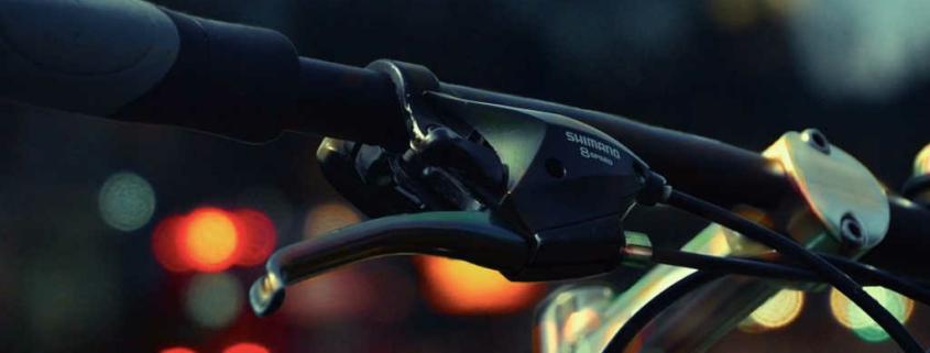 Fahrradlenker in der Dämmerung.
