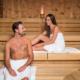 Zwei Menschen in der Sauna.