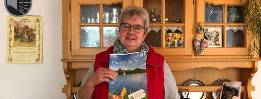 Gudrun Schultheiß mit den Prospekten über ihre Heimat.