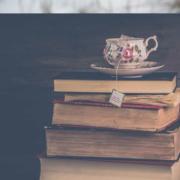Bücherstapel mit Teetasse.