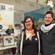 Lena Wenz und Katharina Lässig vor dem Joleika Pop Up Store Eysserhauspassage