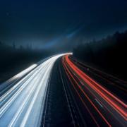 Straße bei Nacht mit Lichtern