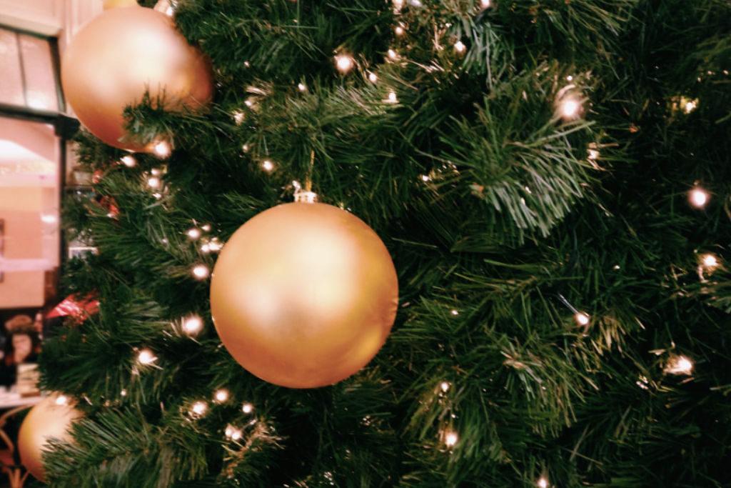 Christbaum mit goldener Kugel