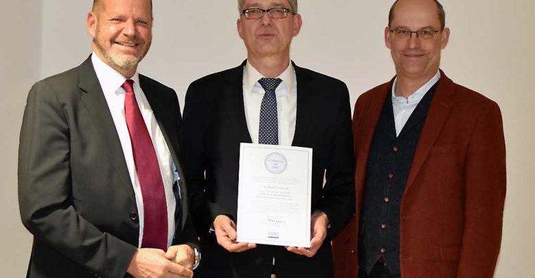 Unser Bild im Anhang zeigt von links Professor Dr. Bernhard Kempen, Präsident des DHV, Prof. Dr. Stefan Leible, Präsident der Universität Bayreuth und UBT-Kanzler Dr. Markus Zanner.