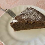 Stück Rotweinkuchen auf Teller