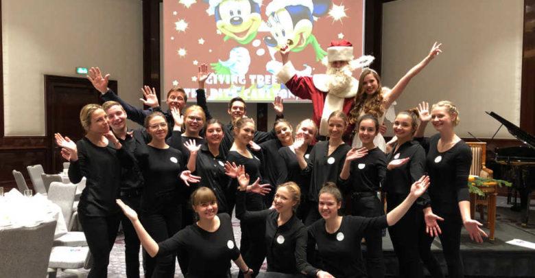 """Die Klasse FHT 12 der Tourismusschule hat eine Weihnachtsfeier für das Kinderhospiz """"Sonnenhof"""" unterstützt"""
