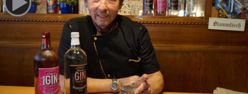 Claus Schmidt mit seinem selbstgemachten Gin
