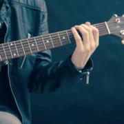 Mann mit Westerngitarre
