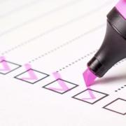Checkliste mit pinken Haken und Stift
