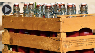 Holzkisten mit Bügelverschlussflaschen