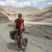 Anselm Pahnke fährt mit dem Rad durch das karge Bergland Namibias