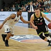 Gregor Hrovat behauptet den Ball gegen die Jenaer Defensive.