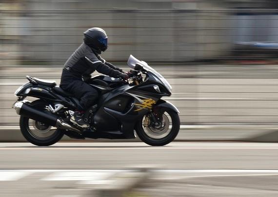 Motorradfahrer fährt schnell