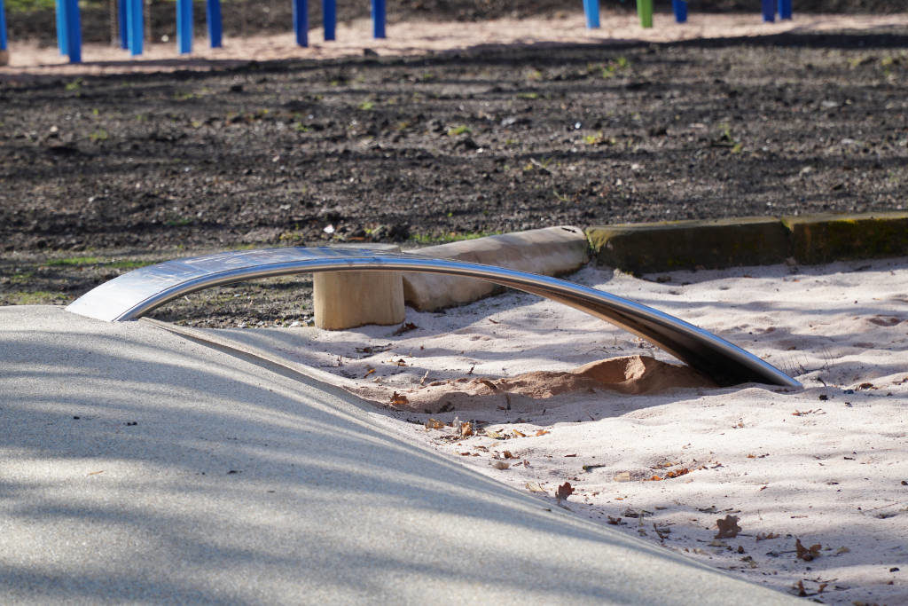 Rutschenbogen in den Sandkasten im Hofgarten