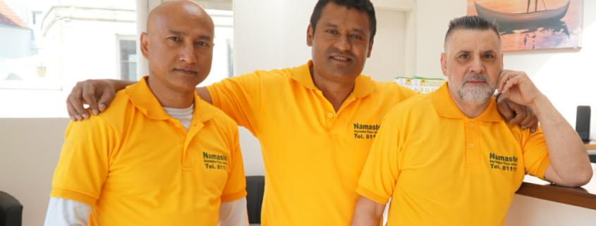 Inhaber Dinesh Pradhan (Mitte) mit Pizzabäcker Nabaraj (l.) und Fahrer Chan (r.),