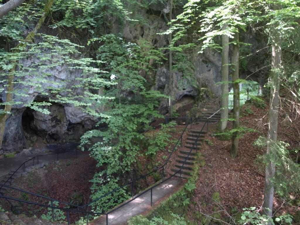 """Die """"Riesenburg"""", eine Höhle bei Doos."""