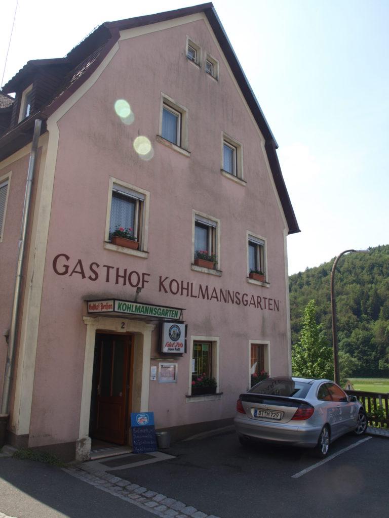 Den Gasthof Kohlmannsgarten gibt es immer noch. So kommt man hin:Von Sachsenmühle sind es nur vier Kilometer bis nach Muggendorf. Im Biergarten steht dort die sensationelle 300 Jahre alte Richard-Wagner-Linde, die den gesamten Biergarten überdeckt.