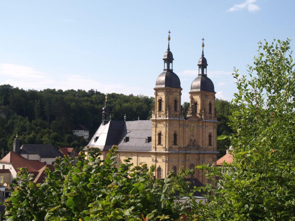 """Einen guten Blick auf die Basilika in Gößweinstein hat man von der Wagnershöhe. Wie man hinkommt?Direkt von der Basilika sieht man das """"Haus des Gastes"""", dahinter geht es einen Fußweg hoch. Keine drei Minuten später erreicht man den Richard-Wagner-Pavillon mit einer fantastischen Aussicht auf Burg Gößweinstein, die Basilika und die Wälder der Fränkischen Schweiz."""