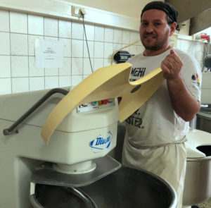 Bäcker Fahri Mehmeti macht den Teig für die Schatz'n Küchle. Foto: red