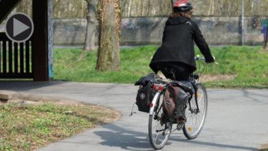 Frau fährt am Roten Main mit dem Rad