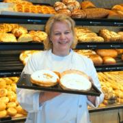 Sylvia Schatz-Seidel Inhaberin Geseeser Landbäcker mit Küchle in der Hand
