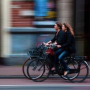 zwei Radlerinnen in der Stadt