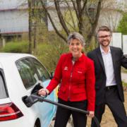 Oberbürgermeisterin Brigitte Merk-Erbe und Stadtwerke-Sprecher Jan Koch nehmen die Schnell-Ladesäule neben dem Parkplatz Am Sendelbach in Betrieb.
