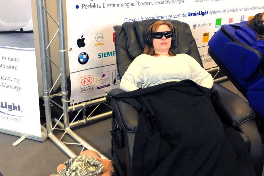 Zehn Minuten entspannen im audiovisuellen Massage-Sessel von brainLigh