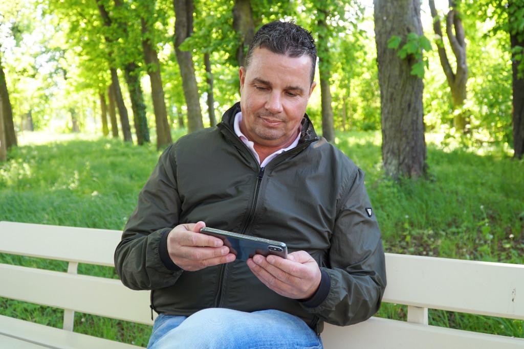 Bernhard Albrecht checkt die News auf Mein Bayreuth
