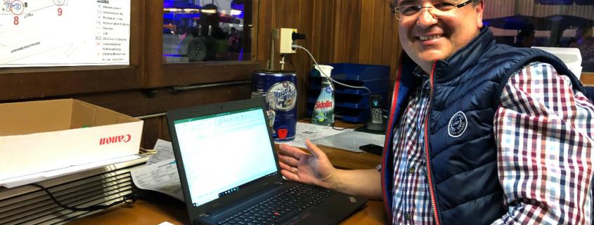Uwe Neubing im Info-Häuschen auf dem Weißbierfest.