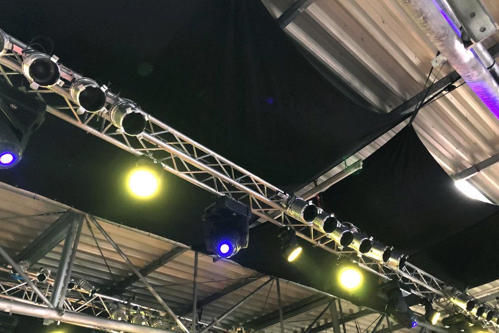 Schwarze Segel wurden an der Decke der Halle gespannt, um einen bessere Akustik zu haben.