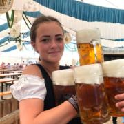 Lena Behrens im Festzelt Mörz auf dem Bayreuther Volksfest.
