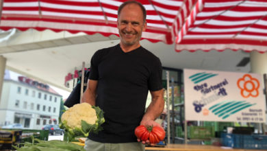 Jürgen Schmidt von der Gärtnerei Schmidt auf dem Bayreuther Wochenmarkt.