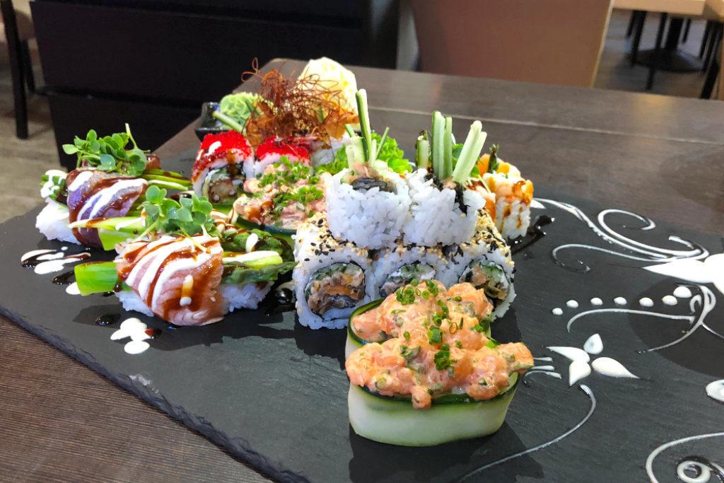Eine Sushi-Platte die vom Koch liebevoll mit Malereien verziert wurde.