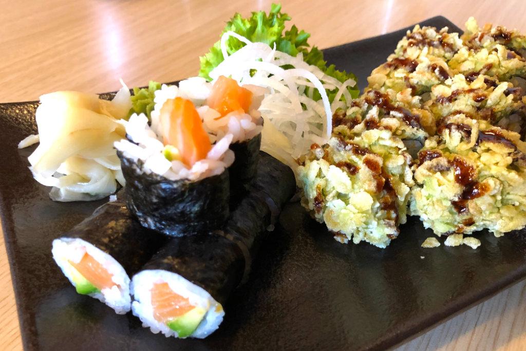 Maki mit Lachs und Avocado und eine Crunchy Roll mit der gleichen Füllung.