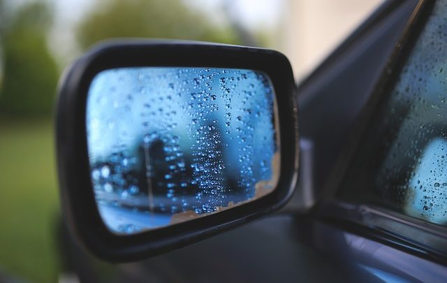In Hof hat ein Unbekannter mehrere Autospiegel beschädigt.
