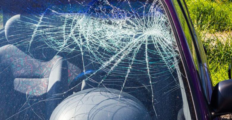 Eine Eisplatte hat die Windschutzscheibe eines Krankenwagens durchbrochen.