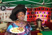 Sarjo Daboe bietet auf dem Afrika-Karibik-Festival Gerichte aus dem Senegal an.